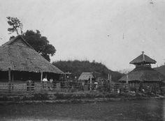 COLLECTIE TROPENMUSEUM Houtvesters en dragers in een bivak in de Isaq vallei Gajolanden.
