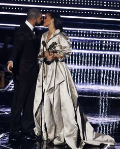 Drake got flirty with many female celebrities at the 2017 Billboard Music Awards.