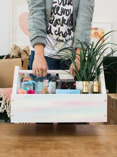A Housewarming Welcome Kit(Regalos Diy Ideas) Housewarming Gift Baskets, Housewarming Party, New Home Gifts, Gifts For Family, Friends Family, Close Friends, Homemade Gifts, Diy Gifts, Realtor Gifts