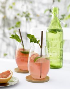 Pink grapefruit drinks with lime wedges and mint Cocktails, Cocktail Drinks, Sangria Rosé, Great Gatsby Themed Party, Themed Parties, Juicy J, Rose Cocktail, Small Desserts, Lime Wedge