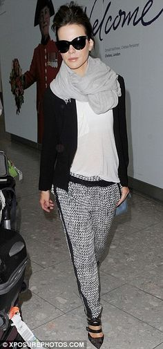 Kate Beckinsale  . { See more lovely pins @jennyallenn } raybands  classy