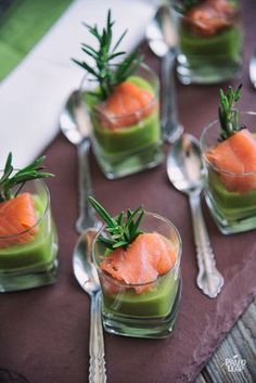 Asparagus Mousse With Smoked Salmon is part of food_drink - This asparagus mousse topped with salmon is a creative and engaging way to use mousse in your romantic meal Appetizers For Party, Appetizer Recipes, Smoked Salmon Recipes, Smoked Salmon Starter, Smoked Salmon Mousse, Smoked Salmon Canapes, Seafood Recipes, Cooking Recipes, Brunch