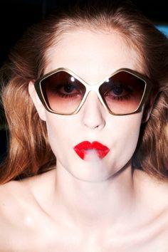"""""""Glamazons"""", also glamouröse Amazonen - so sieht Katja Rahlwes die Frauen auf ihren Fotografien. """"Femme intense"""", also als intensive, starke Frau - und eine Art Gegenentwurf zur """"Femme fatale"""", die als unmoralische Verführerin dem Mann das Glück verspricht. Ihre """"Femme intense"""" ist kein Pinup, sie ist eine unabhängige, kontrollierte Frau."""