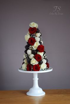 Chocolate strawberry tower - strawberries dipped in white & dark chocolate with red & white roses as decor. Strawberry Tower, Strawberry Cupcakes, Strawberry Shortcake, Edible Bouquets, Luxury Cake, Strawberry Decorations, Chocolate Dipped Strawberries, Edible Arrangements, Elegant Wedding Cakes