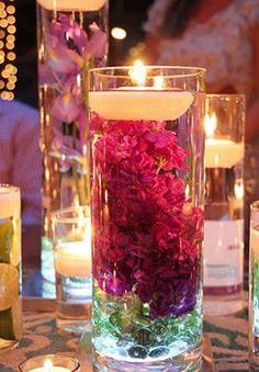 Copo, água, vela flutuante, flores (naturais ou artificiais) e se quiser incrementar é só colocar luminárias de ler para aquário no fundo ;D