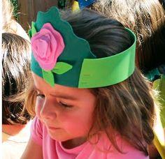 Corona de princesa Hat Crafts, Flower Crafts, Diy Flowers, Summer Crafts For Kids, Spring Crafts, Art For Kids, Kindergarten Crafts, Preschool Crafts, Easter Hat Parade