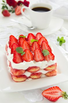 This strawberry tiramisu is sweet and recent and fruity due to the strawberries. Strawberry Tiramisu, Strawberry Recipes, Köstliche Desserts, Delicious Desserts, Yummy Food, Sweet Recipes, Cake Recipes, Dessert Recipes, Mascarpone Recipes