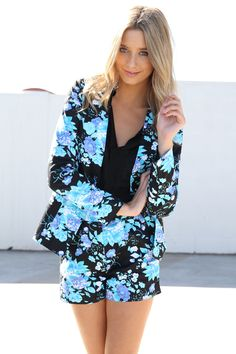 Stylish ways to wear a FLORAL BLAZER: Pair it with tailored shorts to create a summer suit. Style it with denim for a more classic take. Floral Blazer, Floral Pants, Blazer And Shorts, Tailored Shorts, Sabo Skirt, Printed Blazer, Love Fashion, Fashion Design, Vintage Style Outfits