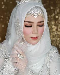 Hijabi Wedding, Muslimah Wedding Dress, Wedding Poses, Wedding Dresses, Wedding Make Up, Dream Wedding, Bridal Makeup Looks, Muslim Girls, Wedding Styles