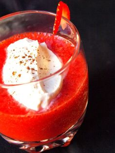 Pour 4 personnes Préparation : 30 minutes Repos : 1 heure · 500g de fraises maras des bois · 25 à 50g de cassonade · Le jus d'1/2 citron vert · 3 feuilles de basilic Pour la chantilly : · 15 cl de crème fraîche liquide entière · 1 gousse de vanille ·...