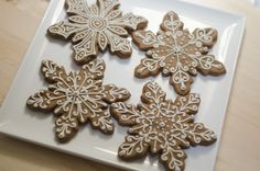 Red fruits and chocolate biscuits - HQ Recipes Snowflake Cookies, Iced Cookies, Cute Cookies, Cupcake Cookies, Christmas Cookies, Christmas Sweets, Christmas Gingerbread, Christmas Baking, Gingerbread Decorations