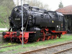 DR 95-6676, ursprünglich HBE Lok Mammut , Baujahr 1919. Mit den Loks der Tierklasse hat die HBE (Halberstadt-Blankenburger Eisenbahn) ab 1920 den Zahnradbetrieb auf ihrer Steilstrecke (Rübelandbahn) erfolgreich ersetzt. Dies war bahnbrechend für Deutschland und darüber hinaus und auch Vorbild für die T 20 (BR95.0) der preußischen Staatsbahn. Rübeland 30.04.2005