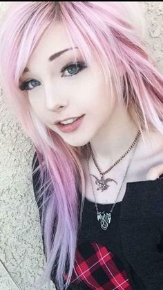Most up-to-date Screen Scene Hair girl Tips Obtaining world hair cuts that appear cool but is not cliche can be tough, to a certain extent as t Mode Emo, Short Emo Hair, Long Curly, Pelo Emo, Cute Emo Girls, Emo Scene Hair, Scene Girl Hair, Pastel Pink Hair, Girl With Pink Hair