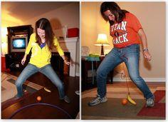 Juego muy divertido para una fiesta de adultos. Es el juego de la banana voladora. Se trata de mover una pelota hasta un lugar fijado previamente, usando una banana que tienes atada en la cintura.