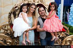 Luciano Camargo e a sua mulher, Flávia, no aniversário de 3 anos das gêmeas, Isabella e Helena.