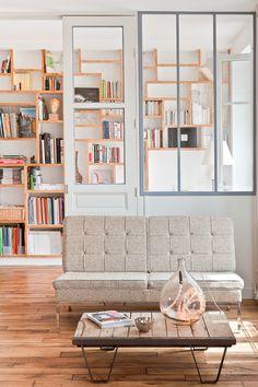 Janelas interiores; sofás; prateleiras