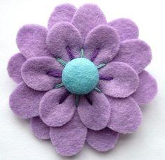 Felt flowers make yourself – creative crafting ideas made of felt - DIY Decorations Felt Diy, Handmade Felt, Handmade Flowers, Felt Crafts, Fabric Crafts, Sewing Crafts, Handmade Headbands, Handmade Soaps, Handmade Rugs