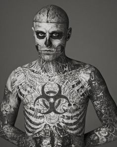 Macabre Tattoos show us how fashion can be as boundless as possible by featuring ''Zombie Boy'' Rick Genest as the new face of MUGLER fashion house. Discover at Yatzer the black and white images, which have been the talk of fashionistas world lately. Rick Genest, Blackout Tattoo, Body Tattoo Design, Tattoo Designs Men, Lady Gaga Kostüm, Skull Face Tattoo, Skull Tattoos, Boy Tumblr, Kopf Tattoo