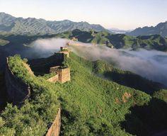 【行ってみたい場所】 万里の長城/中国 山々の頂きをたどるように伸びる、中国でもっとも有名な史跡である城壁の遺跡「万里の長城」。1987年に世界遺産登録。Great Wall of China - Jinlong Kan/Getty Images
