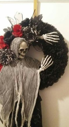 Easy Effortless and Elegant Halloween Wreath Ideas - Gravetics Halloween Wreaths to Instantly Up Your Home's Creep Factor. Easy Effortless and Elegant Halloween Wreath Ideas - Gravetics Halloween Wreaths to Instantly Up Your Home's Creep Factor. Dollar Tree Halloween, Halloween Door Wreaths, Halloween Door Decorations, Halloween Noir, Creepy Halloween, Halloween Skeletons, Halloween Makeup Videos, Diy Poster, Diy Vintage