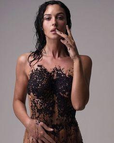 """Mi piace"": 136, commenti: 2 - AGalerieParis (@agalerieparis) su Instagram: ""#photodujour #picoftheday Monica Bellucci aime le caviar par Fabrizio Ferri. La belle italienne…"""