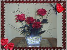 Centro de mesa con rosas de foami con base de cristal y arena de colores.