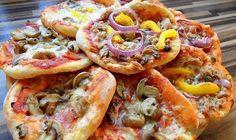 Tieto famózne mini pizze budete milovať. Domáce cesto z vás urobí toho najlepšieho kuchára. Recept je veľmi jednoduchý a zvládne ho úplne každý. Najlepšie je, že na tento recept budete potrebovať iba zopár surovín. Na cesto budete potrebovať: 1/2 kg múky 125 ml vody 125 ml mlieka 1 čajová lyžička oregana 1 čajová lyžička soli