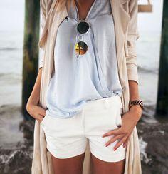 Trench fluide + short blanc + blouse bleu ciel + montre masculine = le bon mix ! - http://bit.ly/1xQlhwa Tags : Trench, Short, Blouse, Montres - Tendances de Mode