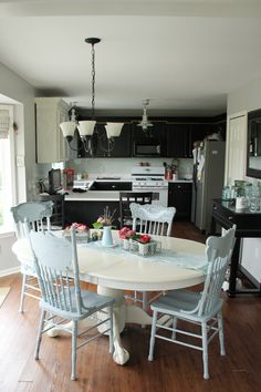 Cameras and Chaos: the kitchen table and chairs. Cameras and Chaos: the kitchen table and chairs Blue Kitchen Tables, Painted Kitchen Tables, Kitchen Table Chairs, Dining Room Table, Kitchen Decor, Dining Rooms, Dining Sets, Diy Kitchen, Shabby Chic Kitchen Table