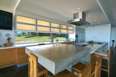 Arbeitsplatte aus Beton - moderne Küche mit Holzfronten