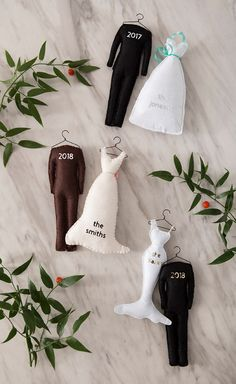 These handmade felt bride and groom Christmas ornaments are the cutest!