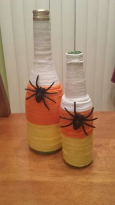 Tips: start from top when wrapping yarn, hot glue beginning of yarn and end only. Yarn Bottles, Fall Wine Bottles, Halloween Wine Bottles, Bottles And Jars, Glass Bottles, Glass Bottle Crafts, Bottle Art, Wrapped Wine Bottles, Wine Craft