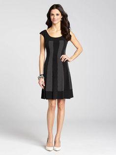 """Laura Petites : pour femmes de 5' 4"""" et moins. Actualisez votre garde-robe par cette superbe robe à silhouette élégante et à coupe indémodable. Les panneaux contrastants apportent une touche moderne à ce modèle classique et il en résulte un...4010101-8367"""