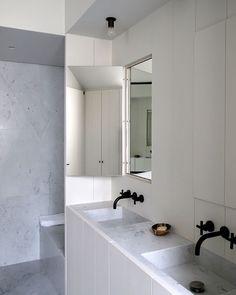 Para manter o estilo minimalista do banheiro mas sem abrir mão do espelho em cima da pia o arquiteto belga Vincent Van Duysen apostou em modelos escondidos na parede. Quando fechado o espelho fica imperceptível. #bath #banheiro #interiores #arkpad by arkpad