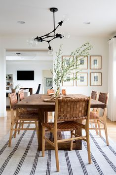 dining room statement chandelier natural textures This dining room oozes with california cool vibes. The statement chandelier and natural textures add a really nice touch // Home interiors, dining room ideas, home inspiration