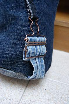 mochila vaquera: el enganche de las tiras de la mochila es de un peto vaquero