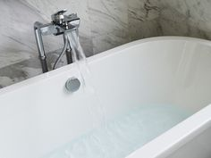 Wondering how to remove hard water stains in your home? I've tried seven different cleaning products to see what cleaned most effectively. Bathroom Cleaning Hacks, Toilet Cleaning, House Cleaning Tips, Deep Cleaning, Clean Bathtub, Bathtub Shower, Bath Tub, Bathroom Bath, Shower Repair