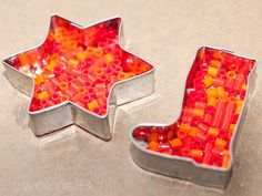 DIY Weihnachten Anhänger aus Bügelperlen, geformt mit Ausstechern - Christmas melted perler ornaments :: zweimalB ::