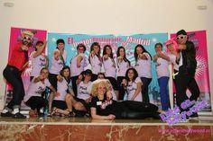 Grupo de amigas posan para fotografía en el photocall del restaurante temático en Madrid  Esto es Hollywood, especial para despedidas de soltera en Madrid. Madrid, Hollywood, Pageants, Girlfriends, Guys, Group Of Friends, Discos, Saying Goodbye