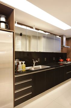 Cozinha escondida em armário com portas de correr articuladas - linda, compacta e funcional!