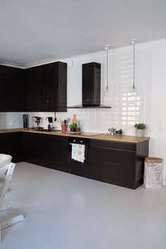 musta keittiö Modern Kitchen Design, Interior Design Kitchen, Black Kitchens, Home Kitchens, Mansion Kitchen, Kitchen Gallery, Living Room Kitchen, Beautiful Kitchens, Luxury Interior