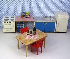 Een charmante Lundby keuken met veel stukken. De keuken heeft een wastafel-kast, een tafel met lades, een fornuis, een koelkast, eettafel en twee stoelen. Deze set bevat ook twee kookboeken, een fles wijn en twee wijnglazen.  Alle meubilair is gemaakt door Lundby. De wastafel