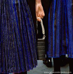 Met bijbel met zilveren sloten naar de kerk #Overijssel #Staphorst Holland, How To Look Better, Sequin Skirt, Stripes, Costumes, Contemporary, Knitting, Dutch, Knot