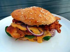 kyllingeburger, kylling, kyllingefilet, burgerboller, burger, boller, hvedemel, gær, sesamfrø, emmermel, speltmel, olivenolie, karry, karrycreme, karrydressing, mayonnaise, creme fraiche, , bacon, løg, røde løg