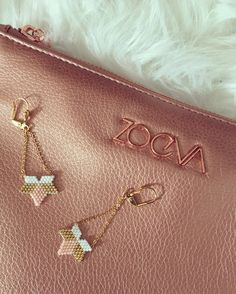 Earrings Flower Star Star Hand Weaving in Miyuki Beads Delicat White Pastel Pink Gold: Earrings by sweethingsandco Source by florianeroule Beaded Earrings, Beaded Bracelets, Gold Earrings, Bracelet Crafts, Jewelry Crafts, Handmade Beads, Handmade Jewelry, Original Design, Necklaces