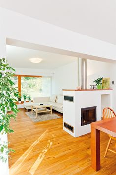 Teplovzdušný krb zasahující do prostoru je díky oboustranné vložce otevřen jak směrem do obývacího pokoje, tak do jídelny. Sweet Home, Loft, Bed, Kitchen, Furniture, Home Decor, Cooking, Homemade Home Decor, House Beautiful