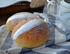 Sweet panini 'maritozzi' with whipped cream. Italian Desserts, Mini Desserts, Italian Recipes, Dessert Recipes, My Favorite Food, Favorite Recipes, Roman Food, Cake & Co, Cupcakes
