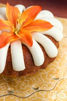 This Nothing Bundt Cake's Carrot Cake Copycat recipe is a new favorite of mine. I found a new way to use all of the same ingredients, including the ease of a cake mix, yet give the cake a lighter text Bunt Cakes, Cupcake Cakes, Cupcakes, Poke Cakes, Layer Cakes, Köstliche Desserts, Delicious Desserts, Easter Desserts, Holiday Desserts