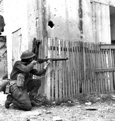 A Canadian soldier of the Canadian Infantry Division takes aim with a Lee-Enfield rifle during the bloody Battle of Ortona. The Battle of Ortona, fought between 20 December 1943 and 28 December. Canadian Soldiers, Canadian Army, Canadian History, British Soldier, British Army, 303 British, Lee Enfield, Military Photos, Military History