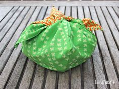 While Origami Oasis certainly was designed with children in mind, I wanted to share a project with you today, The Bento Bag, that really plays on the Origami theme, and that I created with a bit mo… Purse Patterns, Sewing Patterns Free, Free Sewing, Diy Sewing Projects, Sewing Tutorials, Sewing Crafts, Bento, Japanese Knot Bag, Bread Bags
